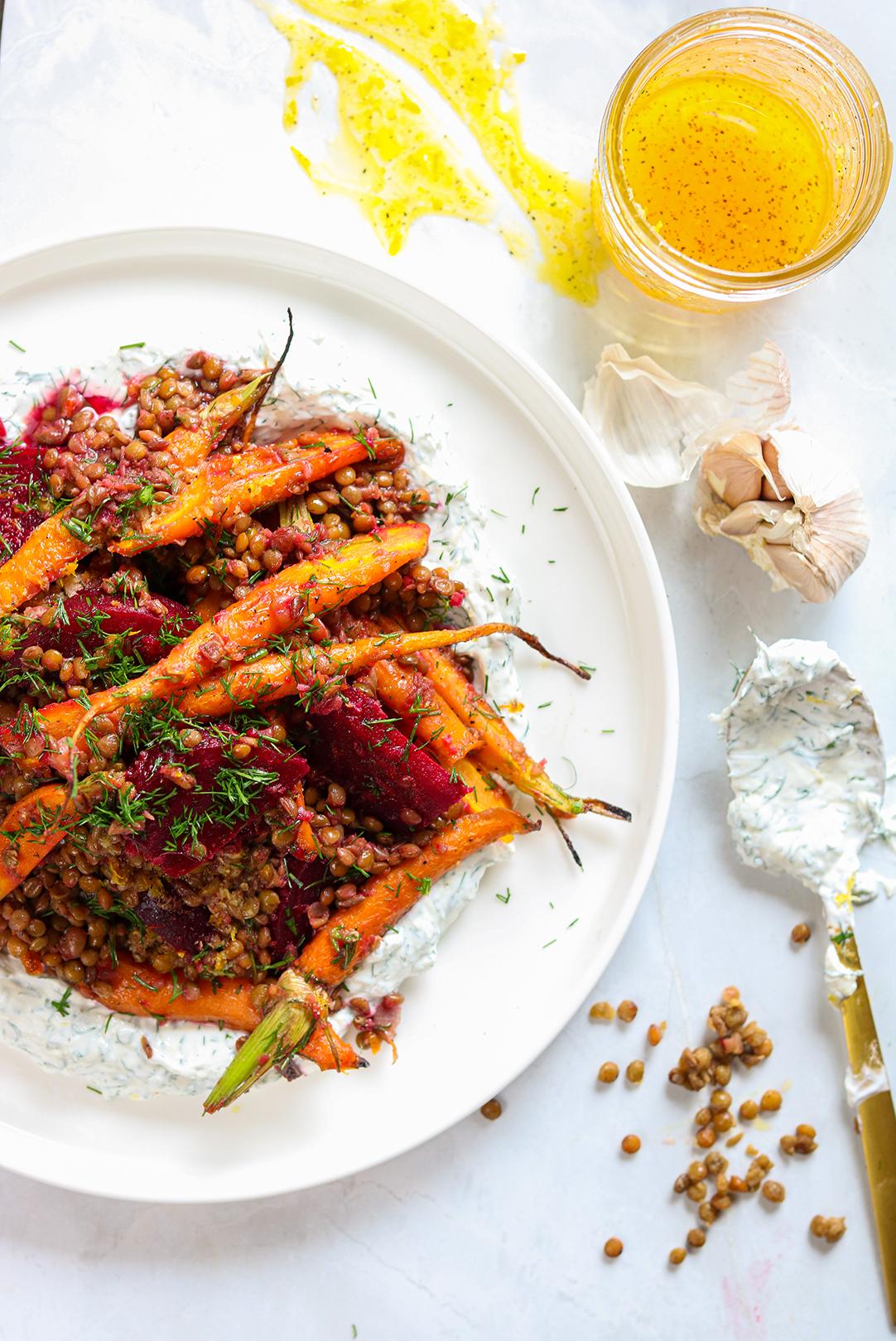 Salade de lentilles et légumes rôtis sur labneh à l'aneth